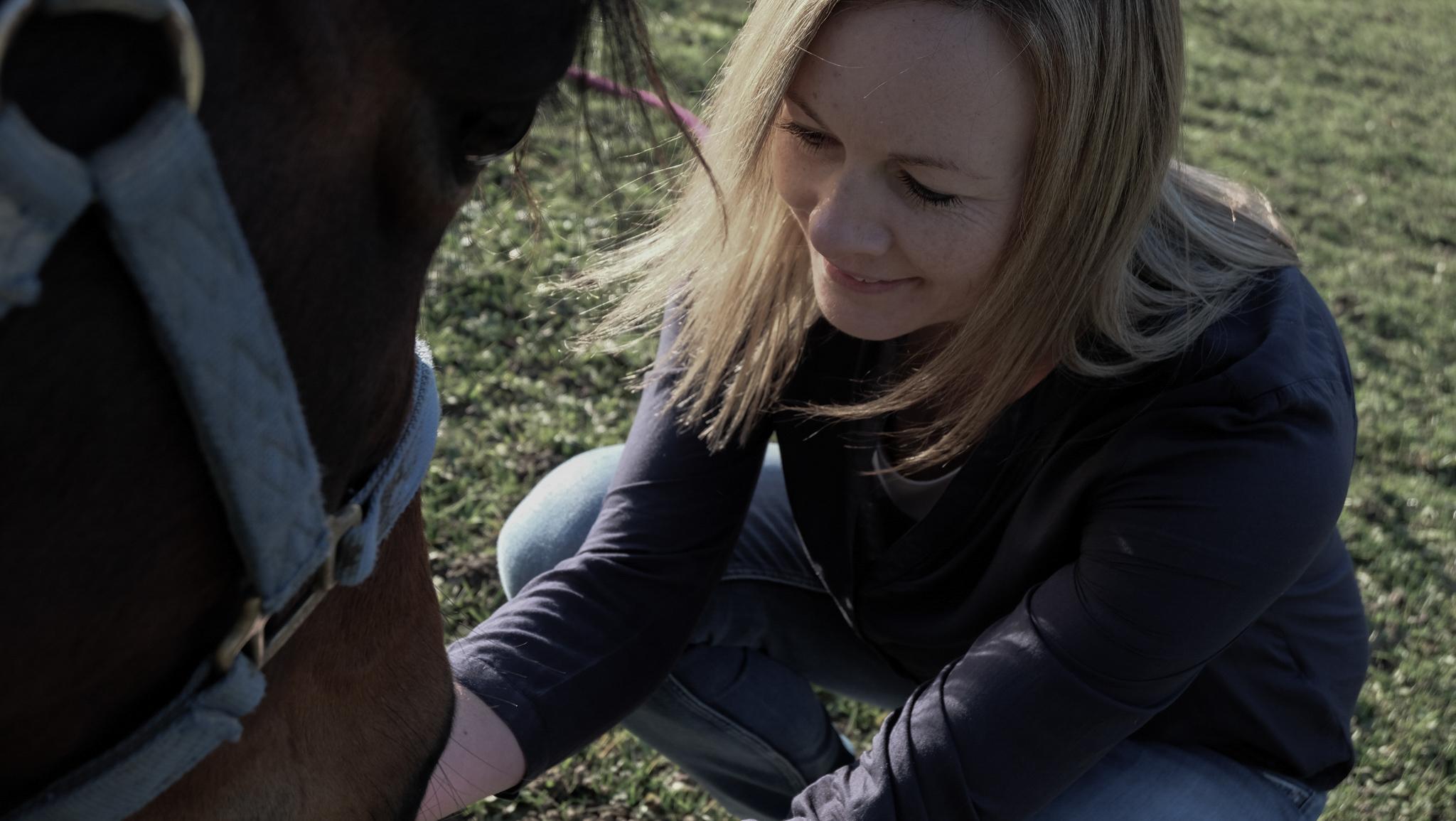 Coach Brita Nerz mit ihrem Co-Coach Pferd Mo auf der Pferdekoppel